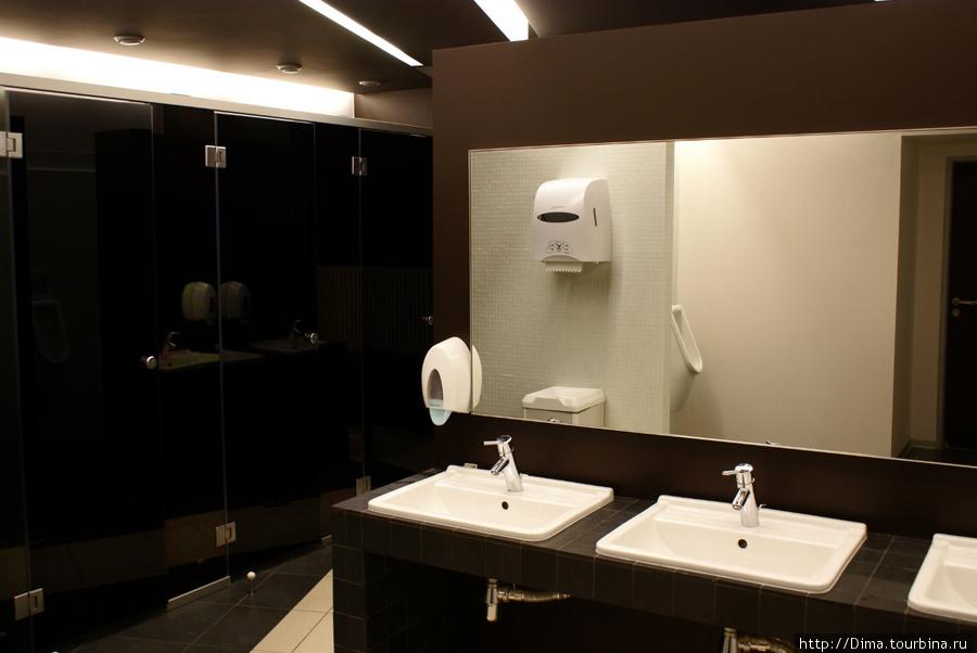 Пришла пора посетить кафе и вымыть руки перед едой. Туалеты очень стильные.