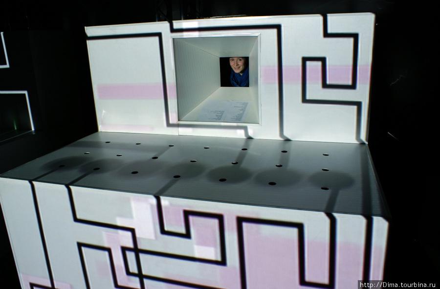Так можно использовать статичные картонные конструкции.