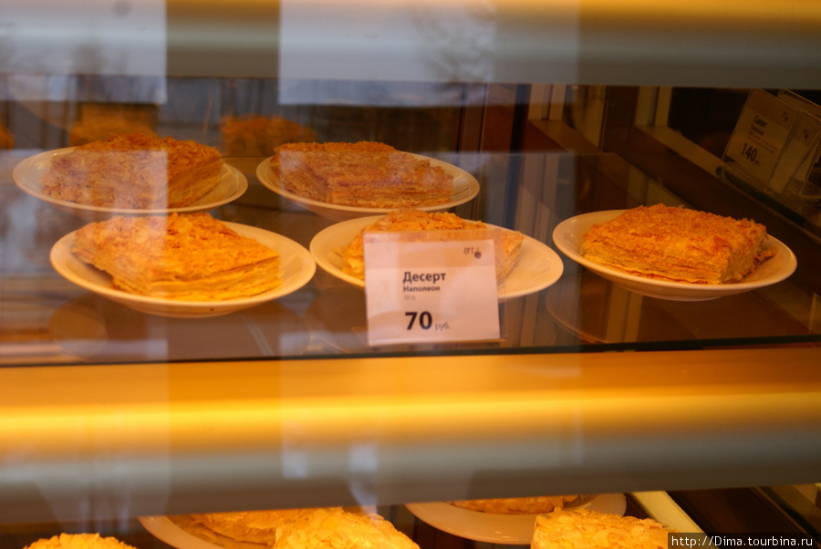 Пирожные и кофе относительно недорогие. Относительно тех же штучек в Эрмитаже.