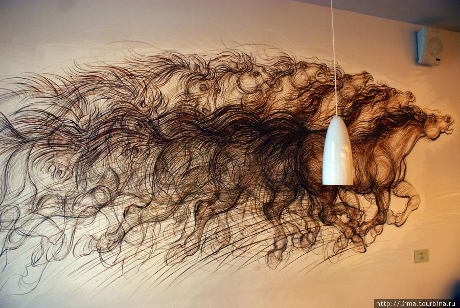 В этом кафе попадаются волосы, но если к ним приглядеться, то увидишь лошадь.