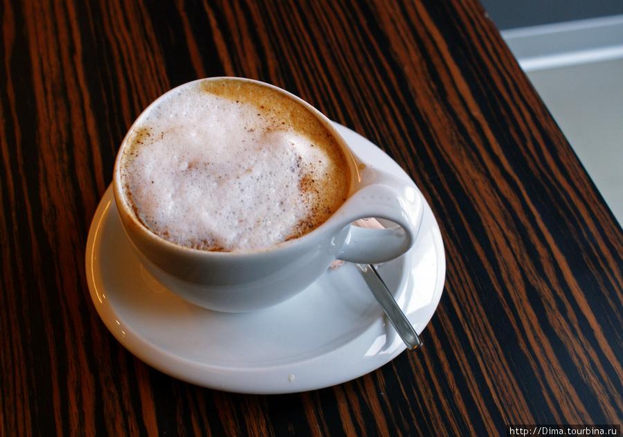 Капучино очень вкусный, с густой и глубокой пеной и с корицей. Чашка — произведение искусства.