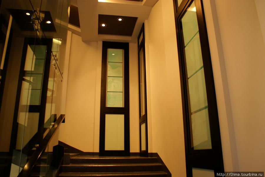 На лестницах тоже выставляются...