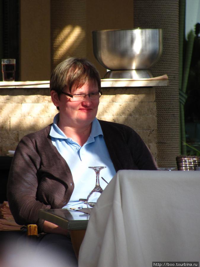 живопистная дама весьма похожа на президента Финляндии, правда? :)
