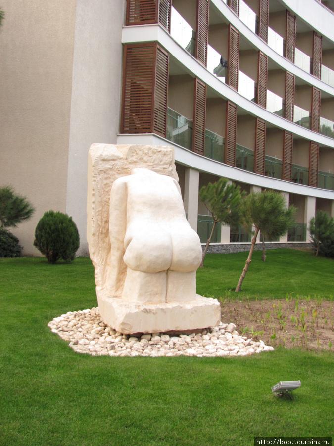 по всей территории расположены забавные скульптуры. иногда и такие
