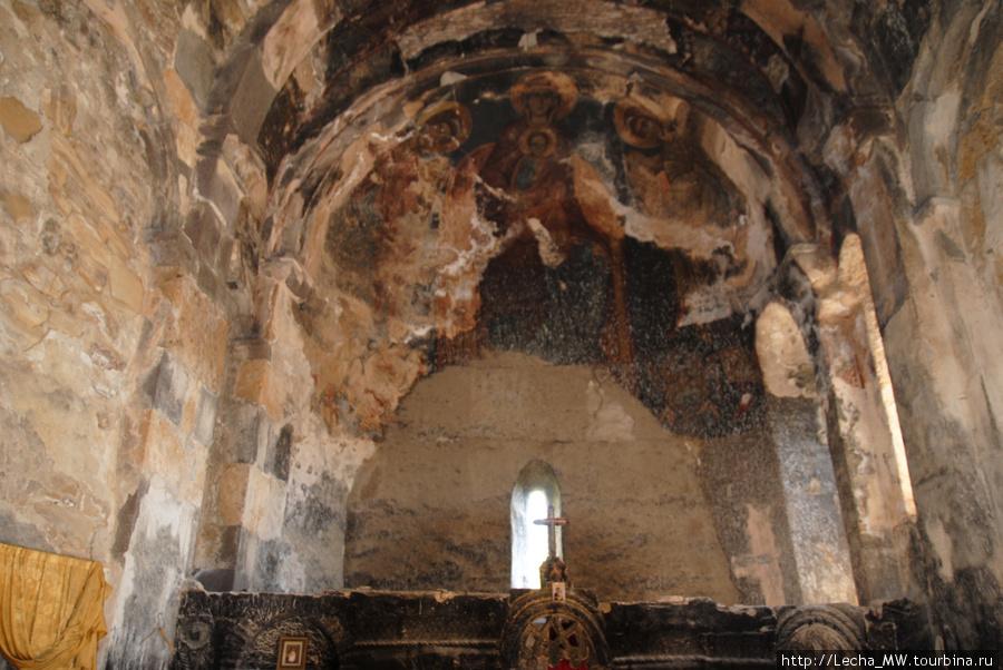 Внутри Тирской церкви