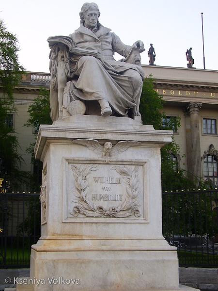 памятник Гумбольдту у вхо