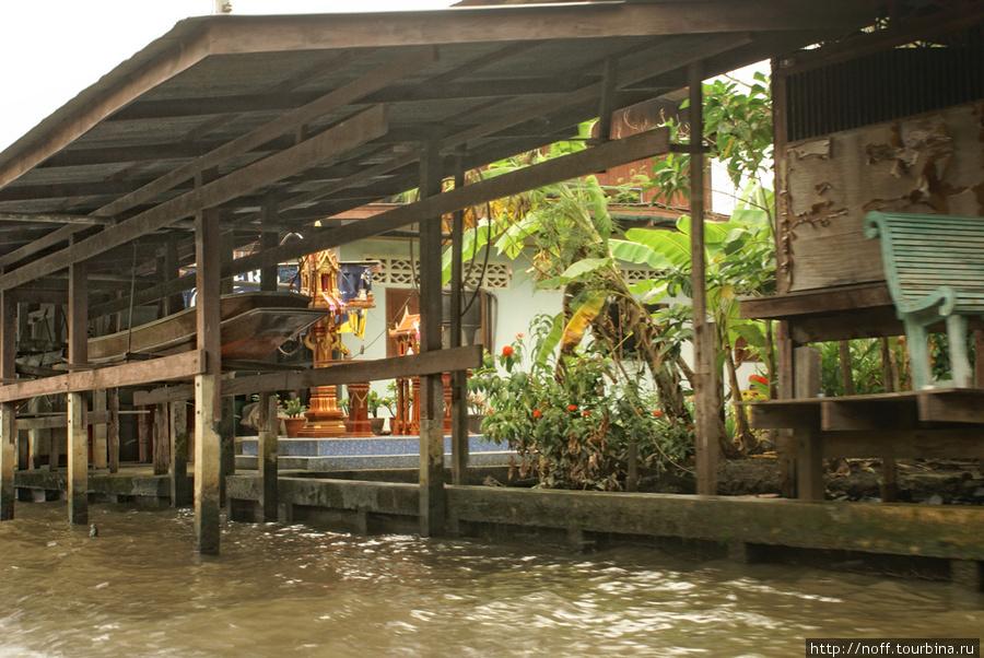 У всех есть «парковки» и «гаражи» для лодок:
