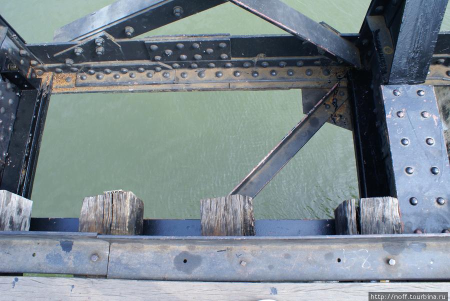 Каждый турист обязан пройтись по мосту на другой берег. По бокам моста вот такие пролёты, куда можно свалиться: