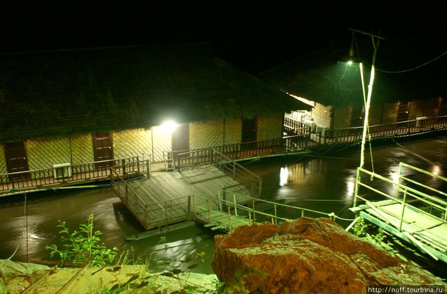 Мы ночевали вот в таком сооружении. Мне не очень понравилось, так как в основание всей этой конструкции всю ночь врезаются какие то брёвна (или живность?), а стенки тонкие, а за стенками традиционно пьянствуют руссо-туристо. Но зато с видом на реку Квай.