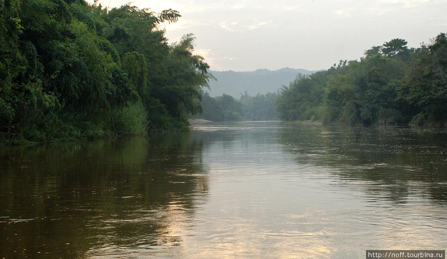 А вот вид из нашего номера, где мы ночевали в этот день. Здесь река Квай похожа на реку Кинель. Такая же грязная и с быстрым течением. Я в ней купался. Вроде никакой живности обнаружено не было. Хотя спускаться в эту коричневую тропическую речку достаточно боязно. Особенно когда уже смеркается.)