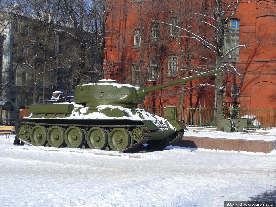 советский танк Т-34-85. В красном здании – Исторический музей
