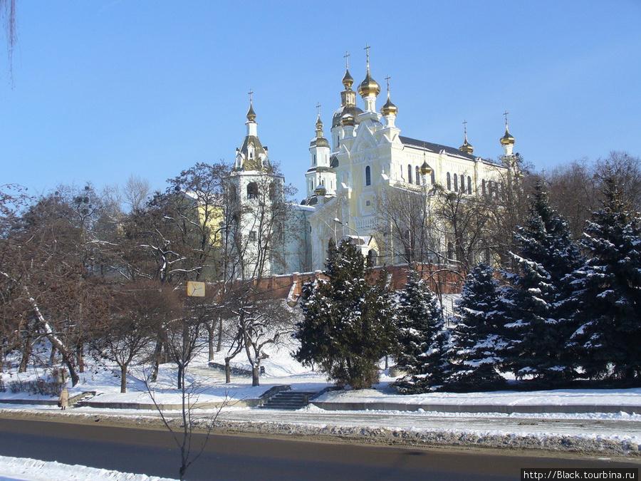Озерянская церковь и Покровский собор от реки Лопань