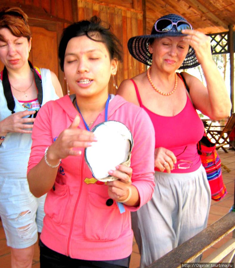 Рассказ  самозабвенной девушки о жемчуге произвел на нас неизгладимое впечатление. Кто сочувствовал моллюскам, утирая слезы, кто мечтательно закрывал глаза...