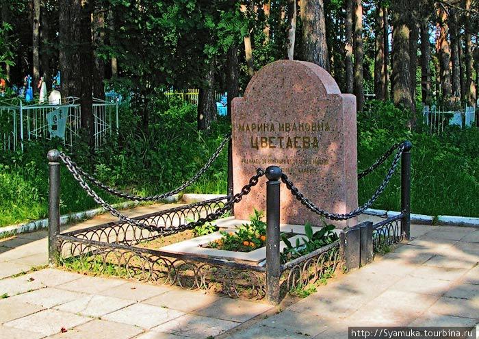 Марина Ивановна захоронена в южной части Петропавловского кладбища.   Могила М. И. Цветаевой (фото из интернета)