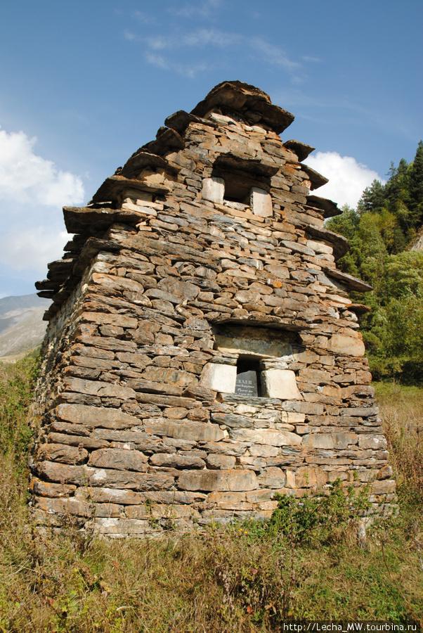 Двухэтажный склеп  Дзукаевых в Челиат