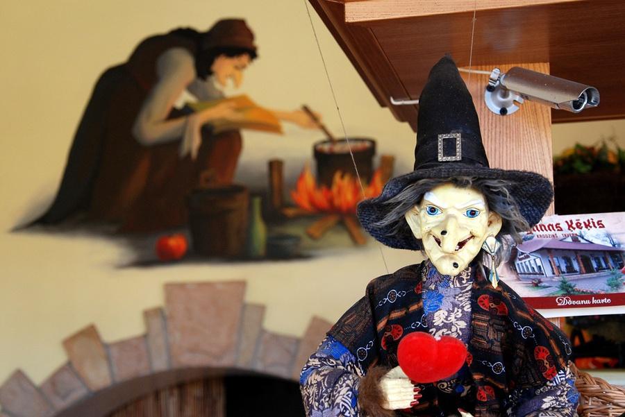 Ведьма наблюдает за вами:)
