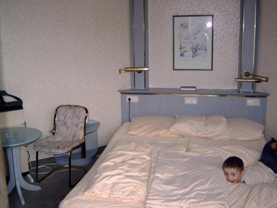 Кровать оказалась с водяным матрасом. В неё можно нырять.