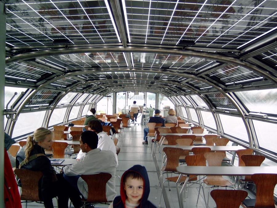 Корабль с крышей из солнечных батарей.
