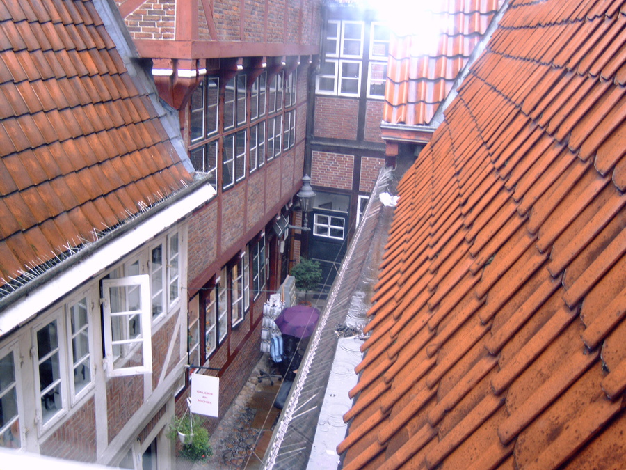 Это квартал вдов. Крохотные дома с крохотными квартирами.