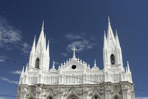 Самое отремонтированное здание города и то только сверху — собор