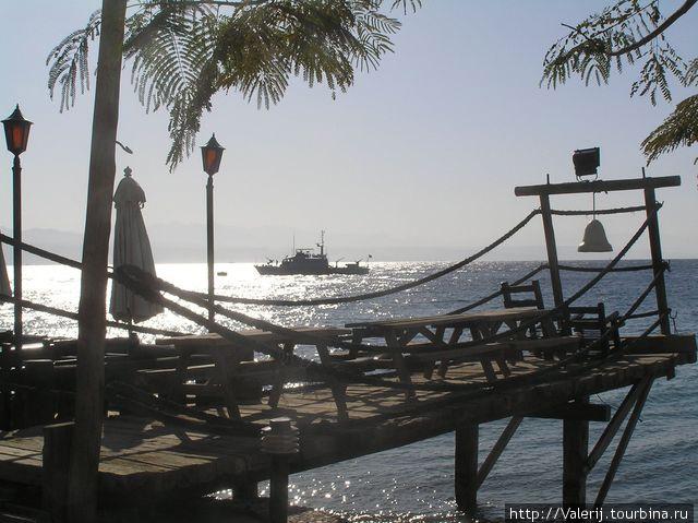 Близко граница. На траверзе — сторожевой египетский корабль.
