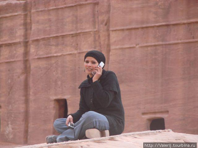Дитя цивилизации. О широте ее контактов говорят два мобильных телефона, которыми она постоянно пользовалась.