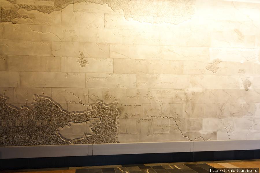 На стене —карта исторической Армении