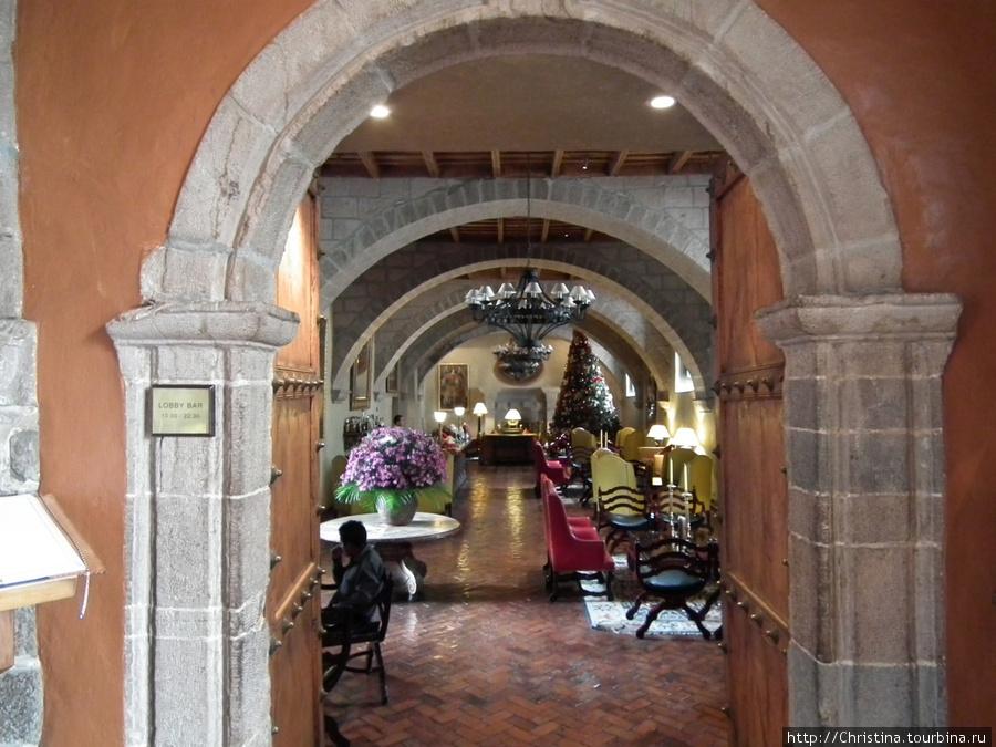 Лобби отеля, где угощают чаем из листьев коки (бесплатно).
