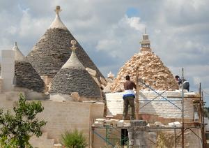 Только местные рабочие умеют хорошо отреставрировать купол и круглые стены