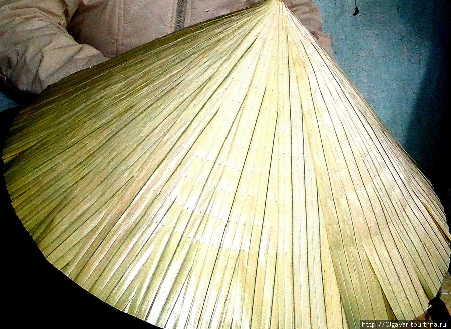 Изготавливают шляпы из плотных пальмовых листьев