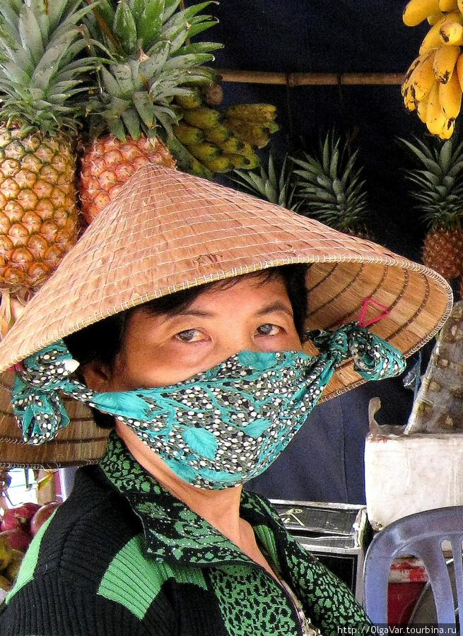 Вместо ленточек многие прикрепляют небольшой платок, который используют как повязку, прикрывающую лицо. На рынке города Дуонг Донг. Остров Фу Куок