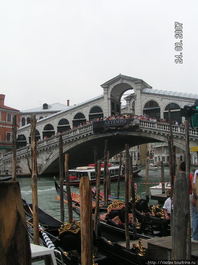 Вид на мост с пристани