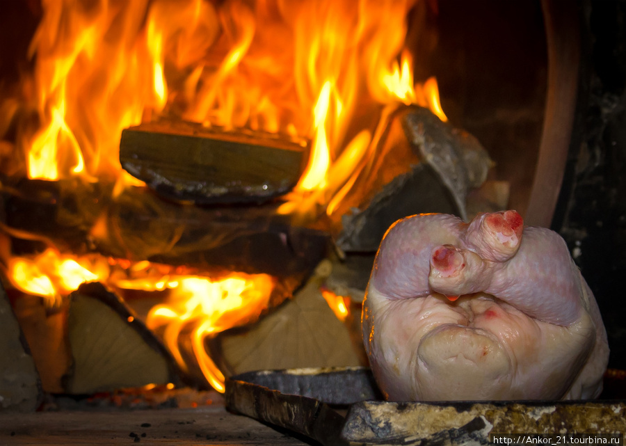 Нет ничего вкуснее, чем зажаренная на углях, да в русской печи курица с картошкой.