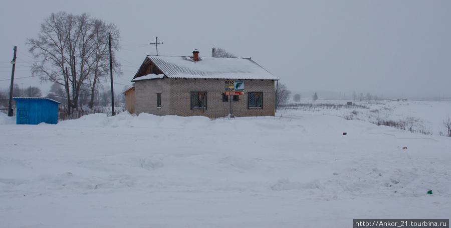 Неподалеку, в стороне от жилья и дорог, почти у самой воды, в полном одиночестве коротает свои дни еще один магазин и, конечно, рядом синенький сарайчик.