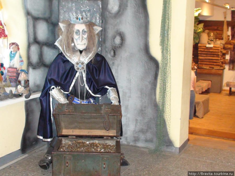 Царь Кощей встречает посетителей галереи.