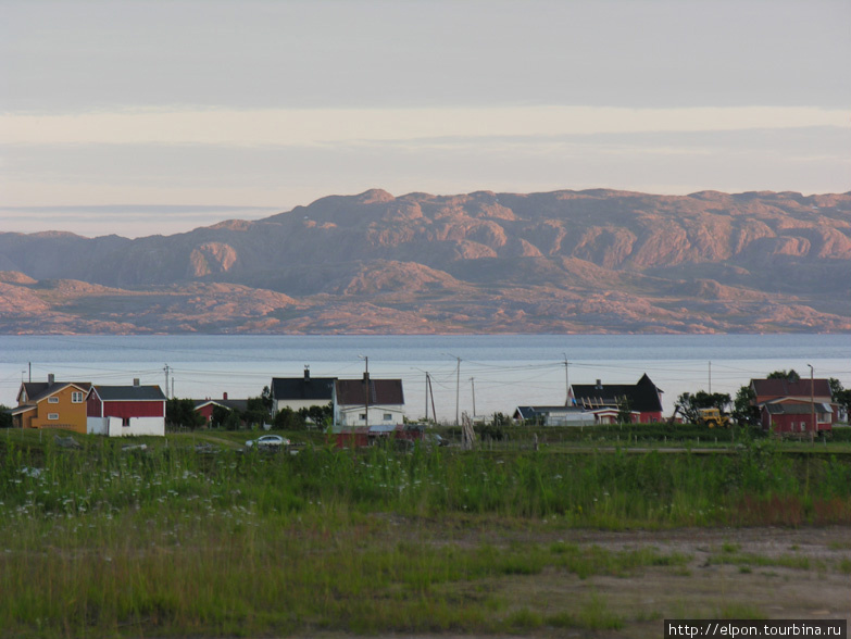 Поселок Vestre Jakobselv и противоположный берег Варангер-фьорда, освещенный