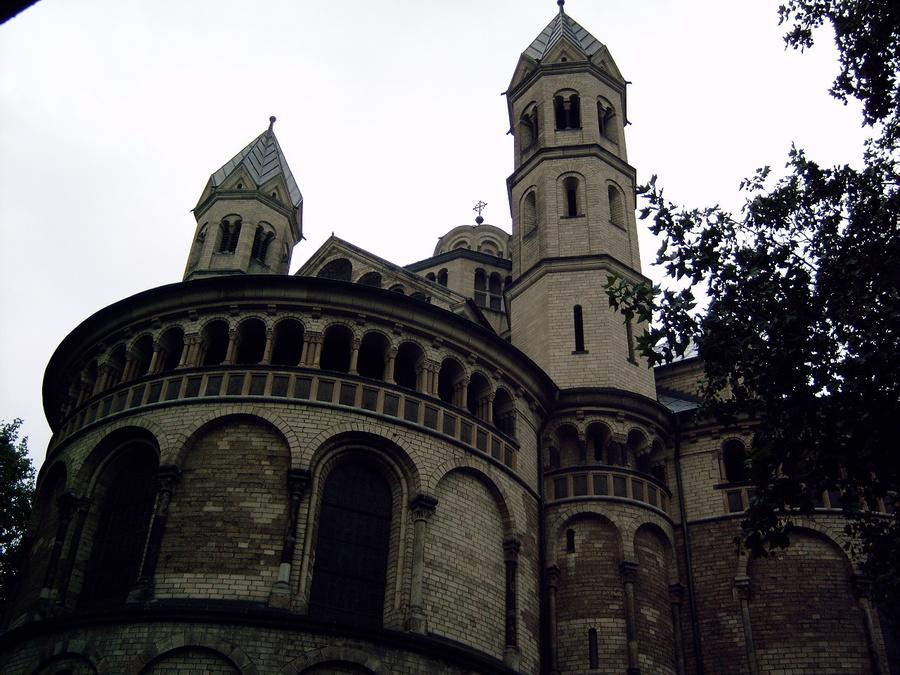 Есть много других исторических зданий