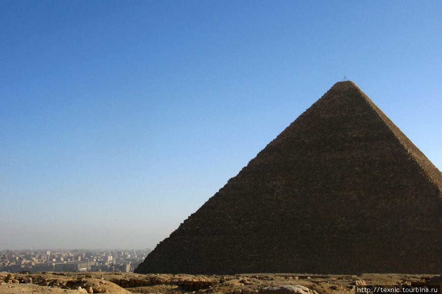 Город наступает... К слову, пирамиды тоже не кажутся очень уж огромными. Впечатляют только размеры блоков, когда подходишь вплотную