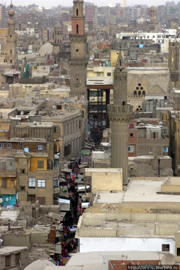 Улица в Islamic Cairo с вершины минарета
