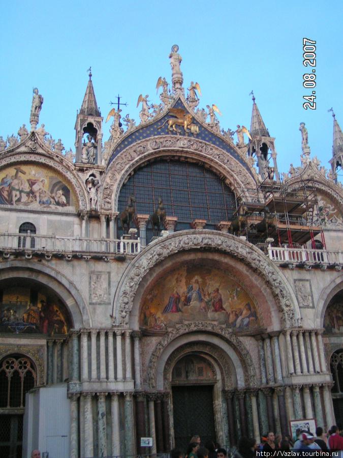 Фрагмент фасада базилики