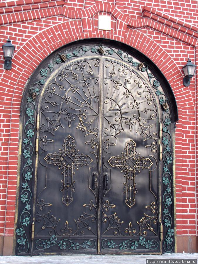 Дверь собора.