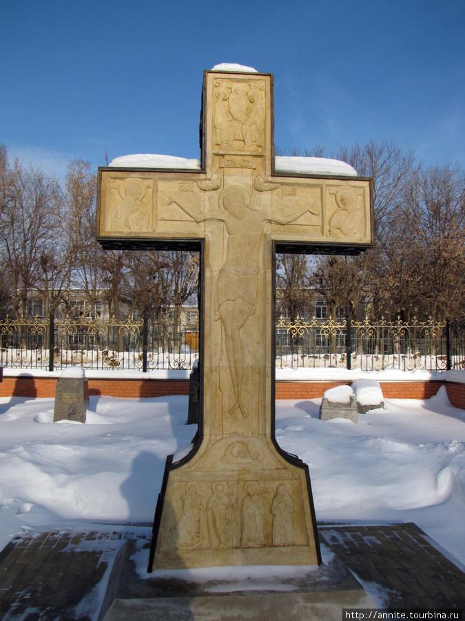 Памятный крест на территории монастыря.