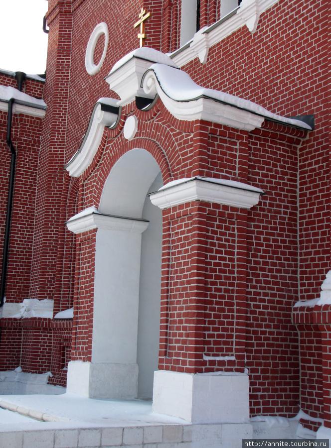 Боковая дверь собора.