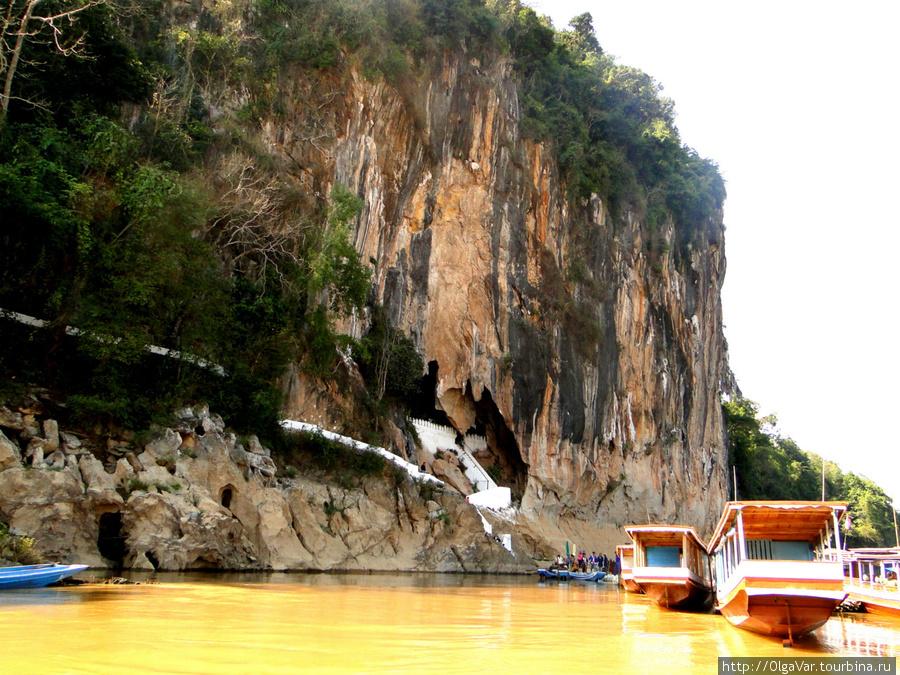 Скала с пещерами Tham Ting