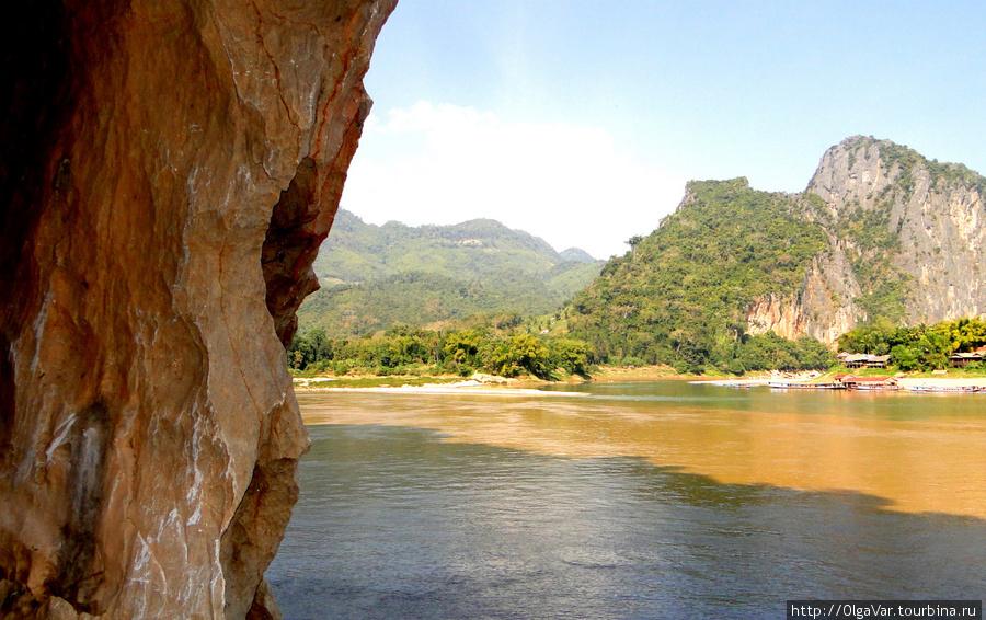 Вид из пещеры на противоположный берег