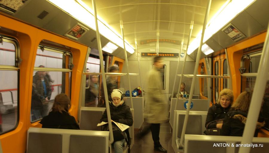 Поезд метро изнутри