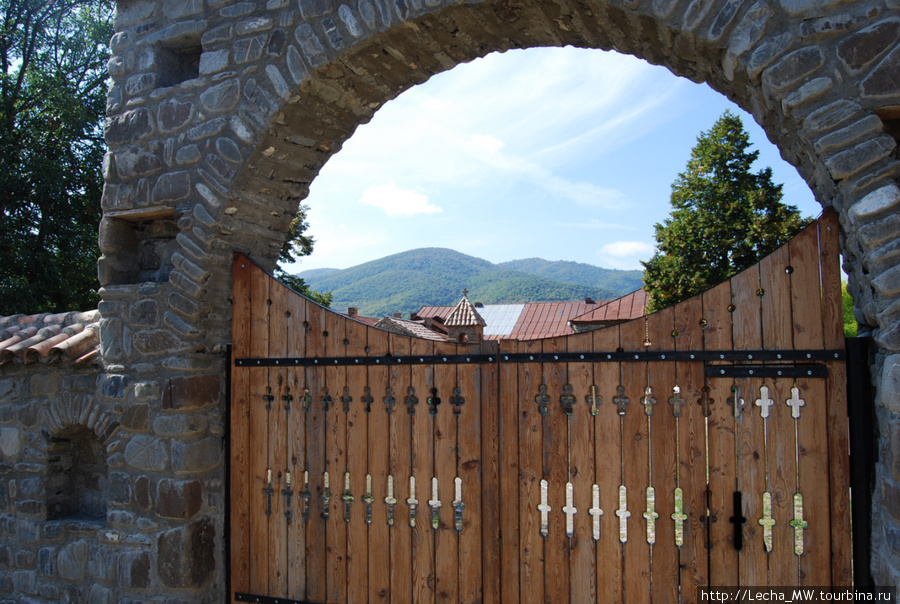Ворота монастыря Икот ( фото Валерия Плиева)