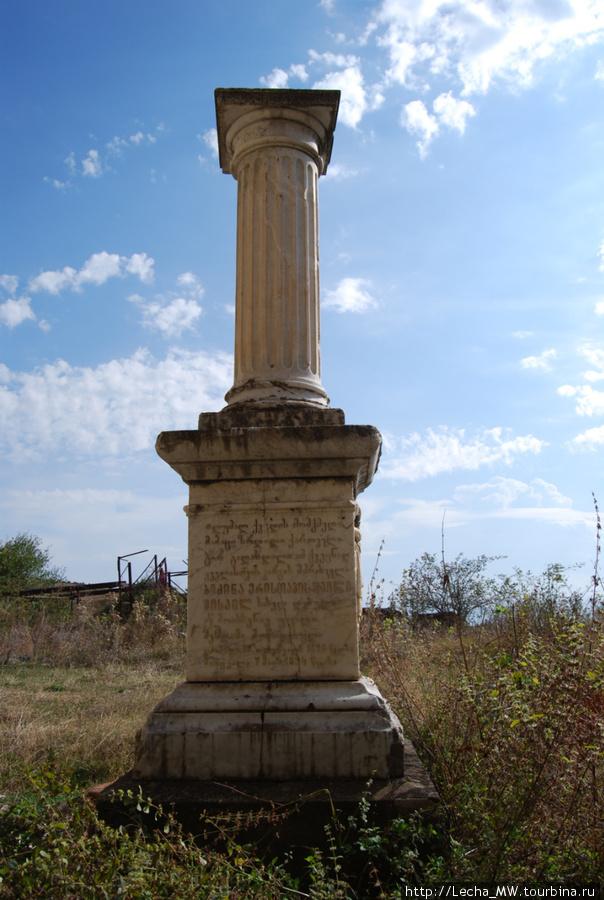 Памятник у монастыря ( фото Валерия Плиева)