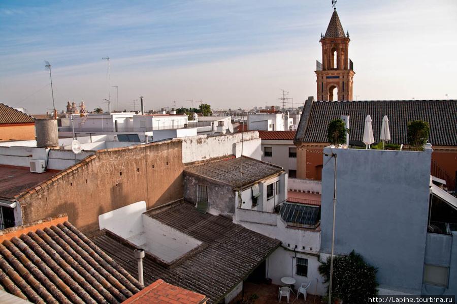 Вот такой вид открывается во время завтрака c крыши Амадеуса (крыша со сложенными зонтиками на фоне церкви с башенкой — это Ля Музика).