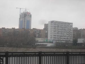 Мост через реку Кальмиус. В центральной части Донецка протекает река. Длина реки 50 метров и она напоминает больше ставок, чем реку.